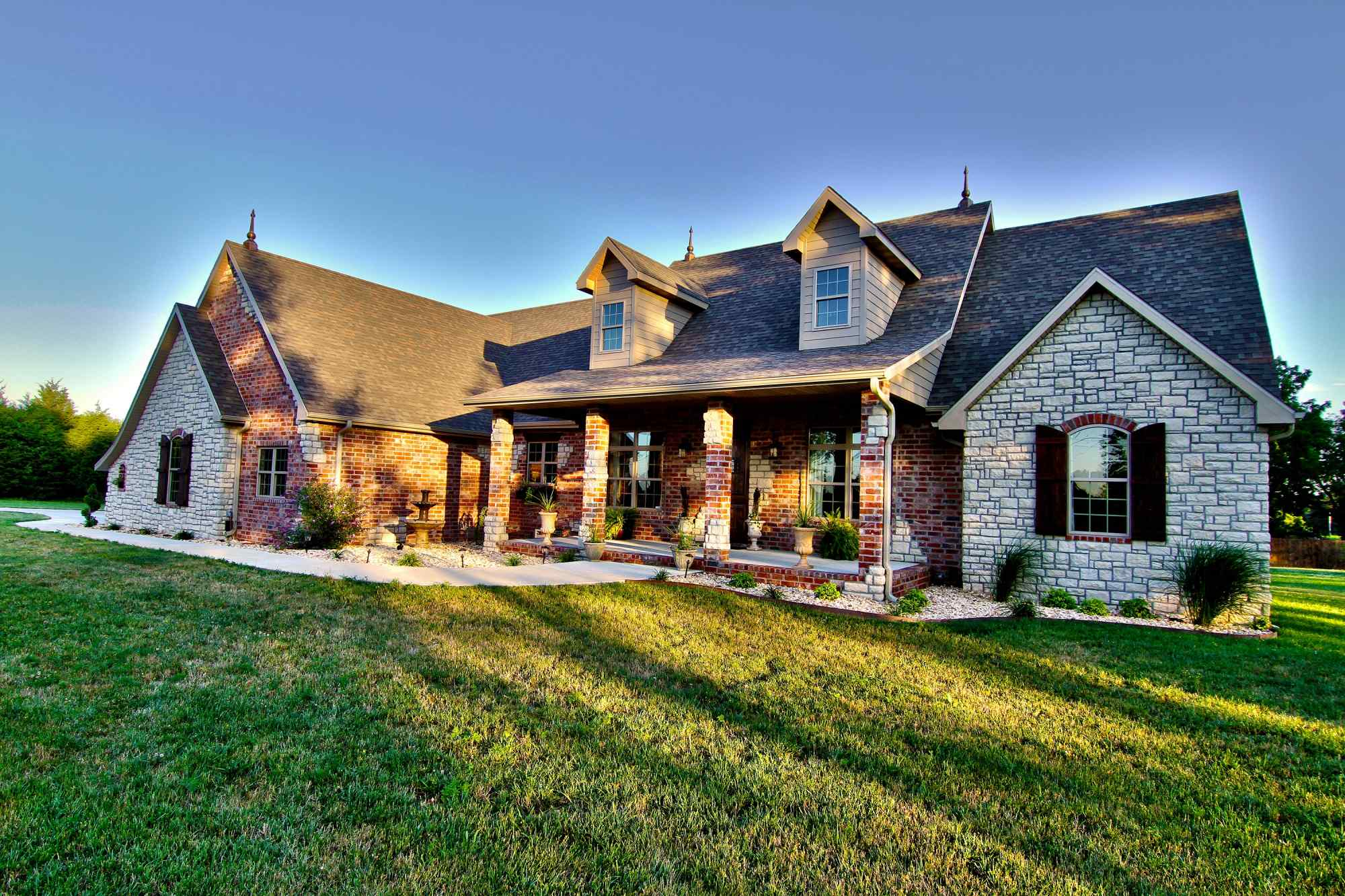 Transitional homes 417 magazine homes of the year for Modern home builder magazine